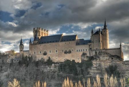 Típica vista desde el Noreste,  dónde se aprecian los tres elementos: Torre de Juan II, Nave central y Torres de la Armería.